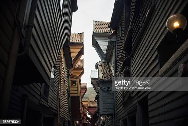 narrow alley - josemanuelerre fotografías e imágenes de stock