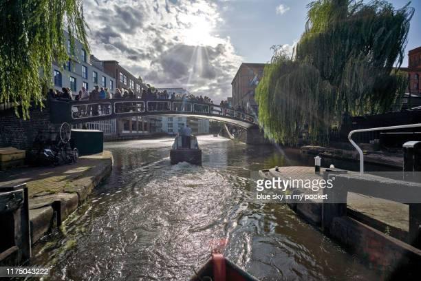 a narrow boat leaving the lock at camden, london, uk - カムデンロック ストックフォトと画像