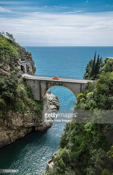 narrow bridge on the amalfi coast road - küste stock-fotos und bilder