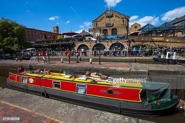 ボート狭い運河とキャムデンロック市場 - カムデンロック ストックフォトと画像