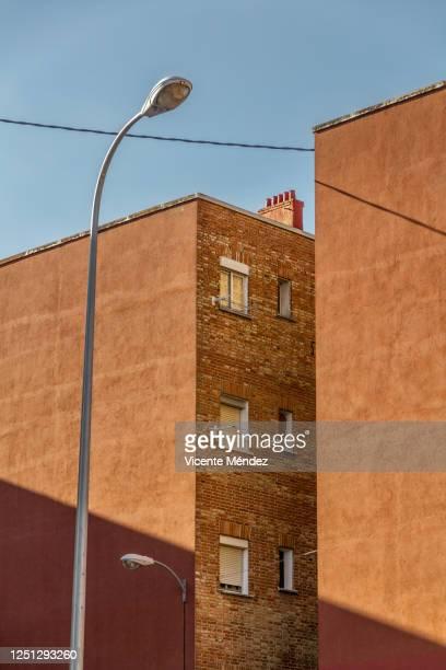 narrow courtyard - vicente méndez fotografías e imágenes de stock