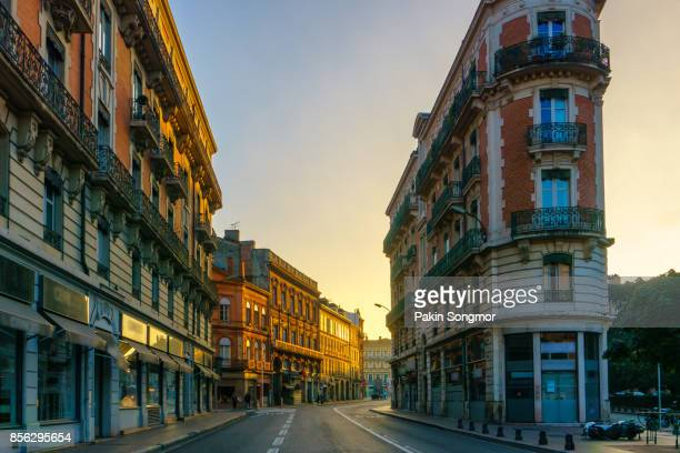 narrow historic street with old buildings in toulouse, france - toulouse - fotografias e filmes do acervo
