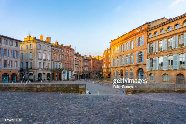 narrow historic street with old buildings in toulouse - toulouse - fotografias e filmes do acervo