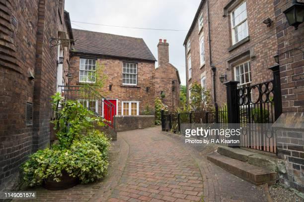 narrow side street in ironbridge, shropshire, england - ironbridge shropshire stock pictures, royalty-free photos & images