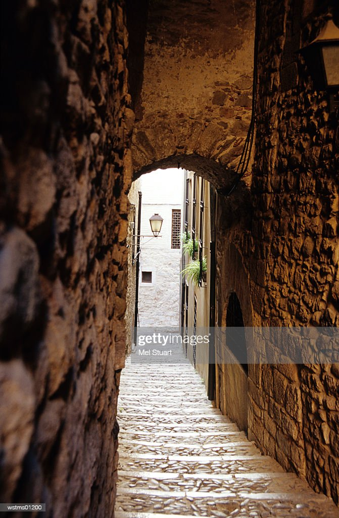 Narrow staircase to street, El Call, Jewish Quarter, Girona, Costa Brava, Catalonia, Spain : Foto de stock