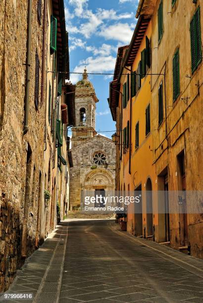 narrow street and church of old town san quirico dorcia, san quirico dorcia, tuscany, italy - san quirico d'orcia stock pictures, royalty-free photos & images