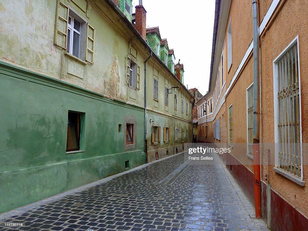 Narrow street in Brasov : Stockfoto