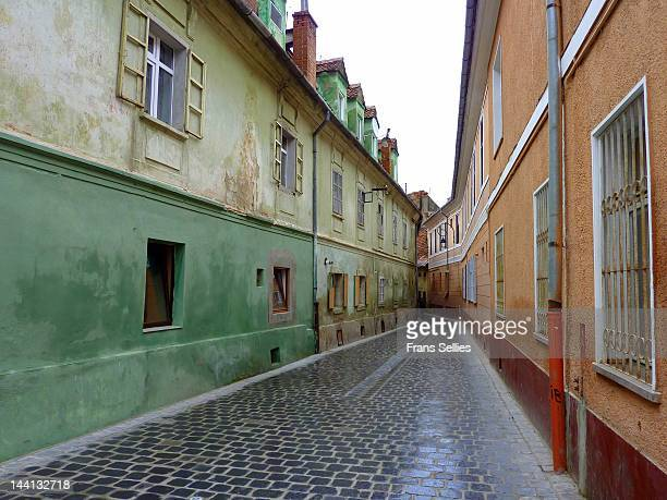 narrow street in brasov - frans sellies stockfoto's en -beelden