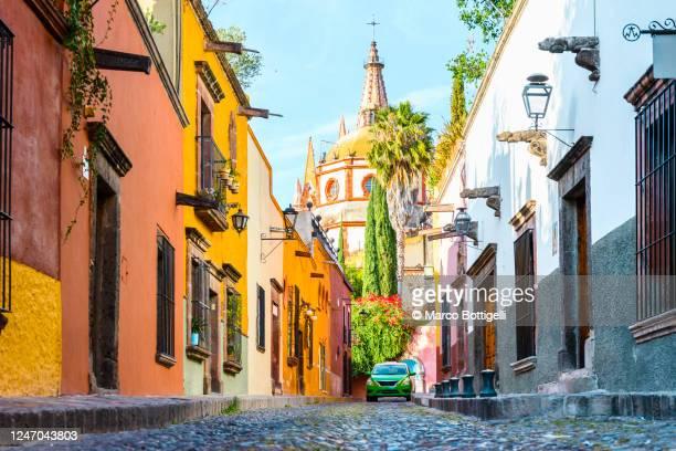narrow street in the old town of san miguel de allenge, mexico - hispanoamérica fotografías e imágenes de stock