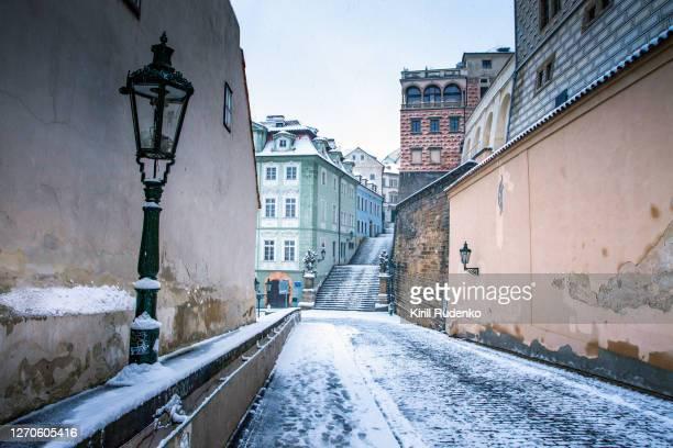 a narrow street near prague castle, prague, czech republic - tsjechië stockfoto's en -beelden