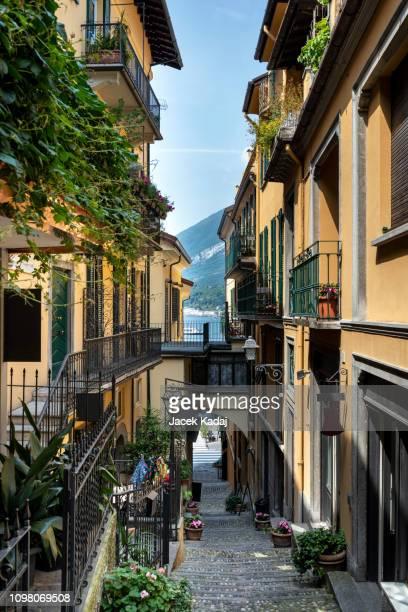 narrow street of bellagio - chum stock-fotos und bilder