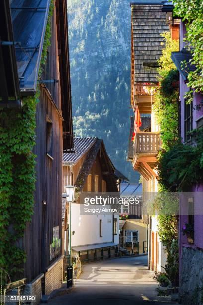 narrow street of hallstatt old town - hallstatt stock-fotos und bilder