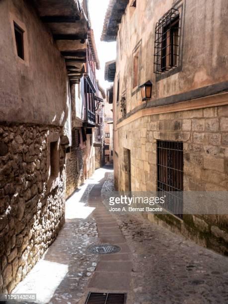 narrow street  of medieval architecture, town of albarracin in spain. - bairro antigo imagens e fotografias de stock