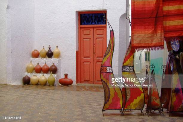 narrow streets and alleys with traditional moroccan handicrafts in the village of asilah, morocco - victor ovies fotografías e imágenes de stock