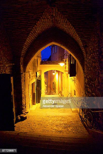 narrow streets and passages of sibiu at night - sibiu stock-fotos und bilder