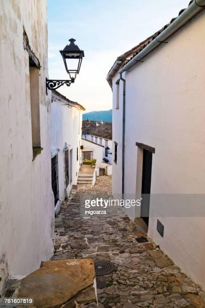 narrow streets in castellar de la frontera, cadiz, andalusia, spain - cádiz fotografías e imágenes de stock