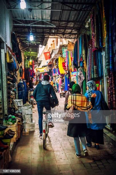 rues étroites dans le souk de marrakech, maroc - saint eloi photos et images de collection