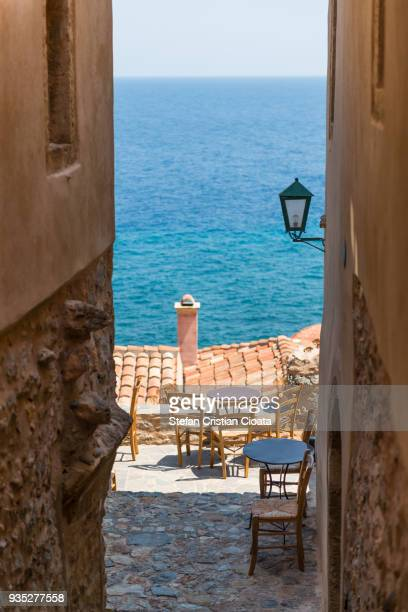 narrow streets of monemvasia greece - lacônia grécia - fotografias e filmes do acervo