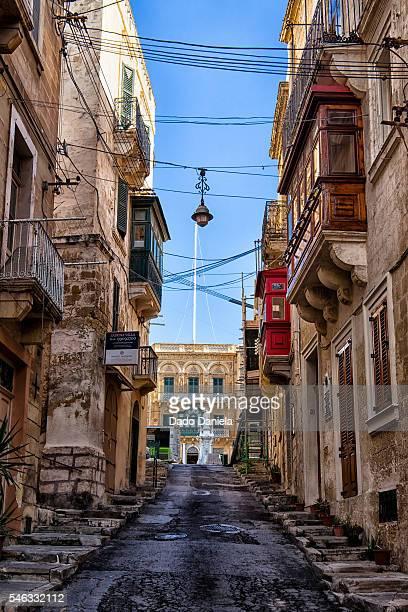 narrow streets of valetta - ユネスコ ストックフォトと画像