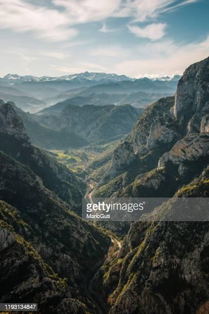 estrecho valle en picos de europa, cantabria, españa - principado de asturias fotografías e imágenes de stock