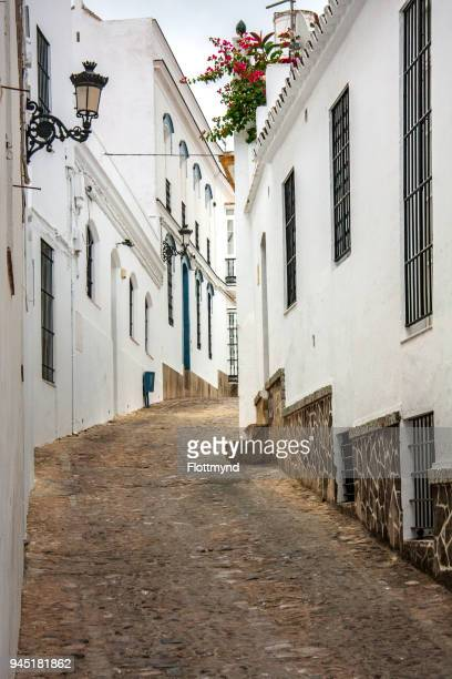 narrow winding alley in veger de la frontera, spain - cádiz stock pictures, royalty-free photos & images