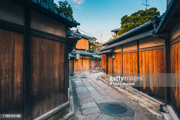 narrow wooden alley in the old town of kyoto, japan - 京都市 ストックフォトと画像