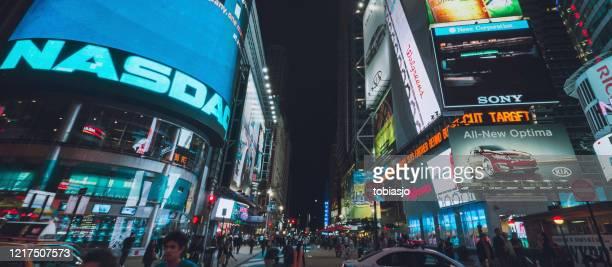 ニューヨーク市のタイムズスクエアでナスダック証券取引所の看板 - ナスダック ストックフォトと画像