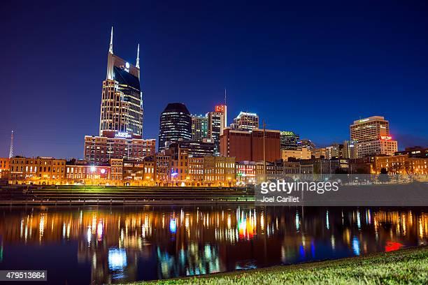 skyline von nashville bei nacht - nashville stock-fotos und bilder