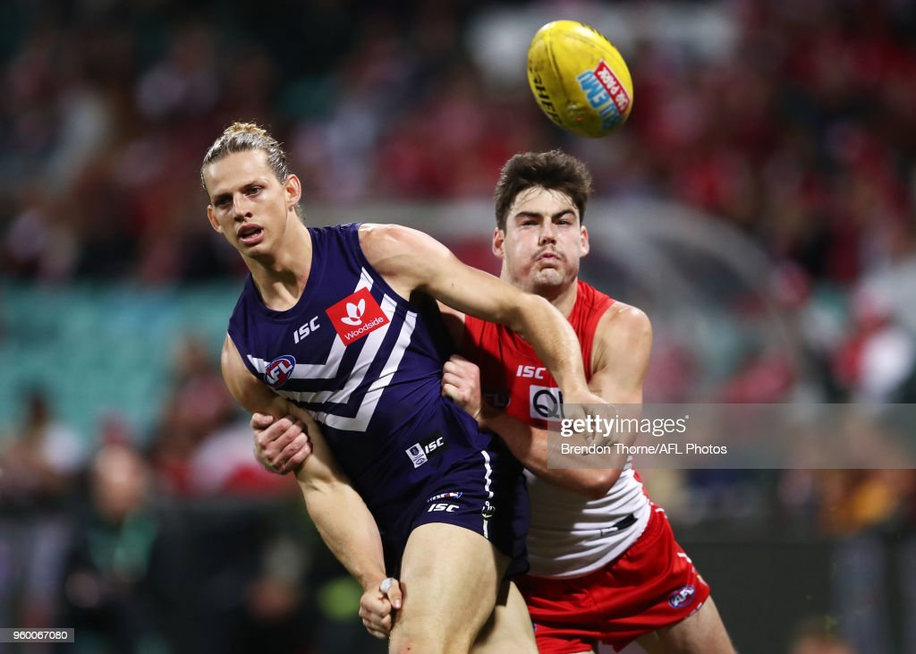 Nat Fyfe of the Dockers contests the ball during the round nine AFL match between the Sydney Swans and the Fremantle Dockers at Sydney Cricket Ground on May 19, 2018 in Sydney, Australia.
