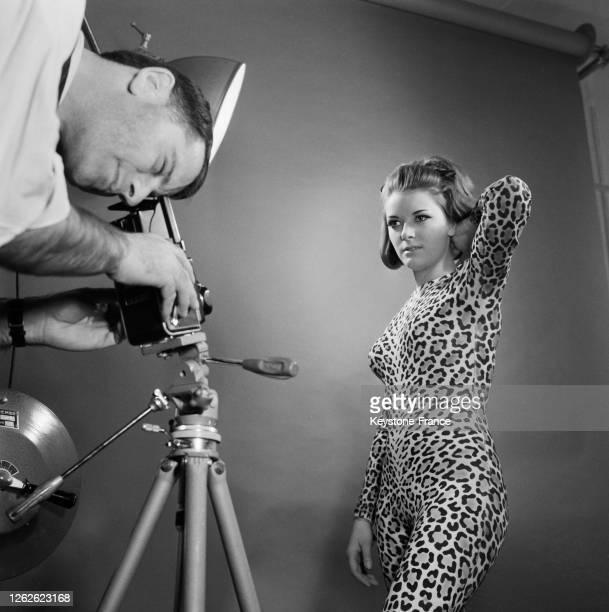 Natacha, mannequin, prenant la pose devant le photographe, à Paris, France en 1964.