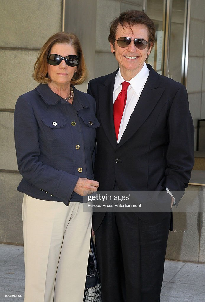 Natalia Figueroa and Raphael pose during the Seville Golden Medal Ceremony at Seville Province Day on May 23, 2010 in Seville, Spain.
