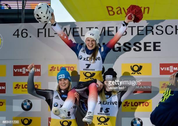 Natalie Geisenberger und Dajana Eitberger nehmen die Siegerin Martina Kocher auf die Schultern waehrend den Sprintlaeufen zur FIL Rodel...