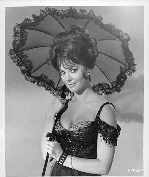 natalie-wood-holding-sun-umbrella-in-a-s
