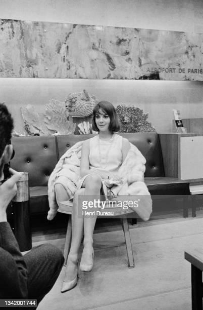 Natalie Wood photographiée assise dans un fauteuil du salon de l'aéroport d'Orly.