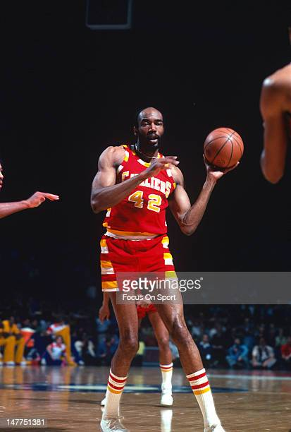 Nate Thurmond $42 of the Cleveland Cavaliers in action against the Washington Bullets during an NBA basketball game circa 1976 at the Capital Centre...