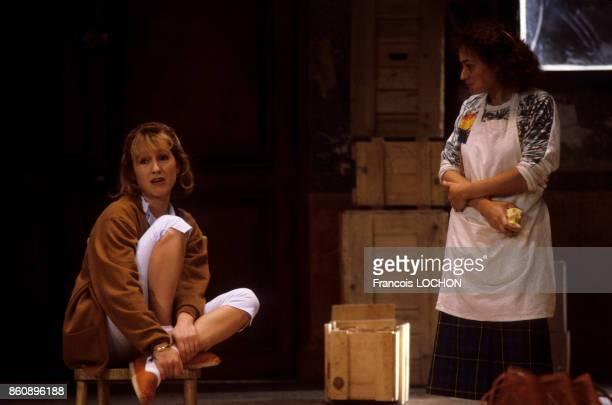 Nathalie Baye et Catherine Arditi dans la pièce de théâtre 'Adriana Monti' le 18 septembre 1986 à Paris France