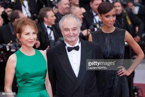 Nathalie Baye Jacque Attali et Sonia Rolland lors de la montée des marches pour la première du film 'The Lobster' durant le 68eme Festival du Film au...