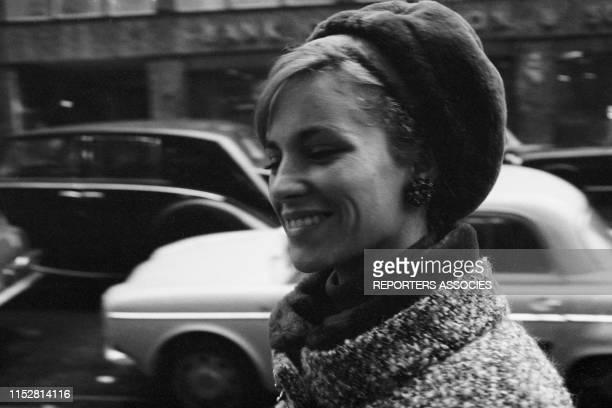 Nathalie Delon arrive à un défilé de mode à Paris le 28 septembre 1965 France
