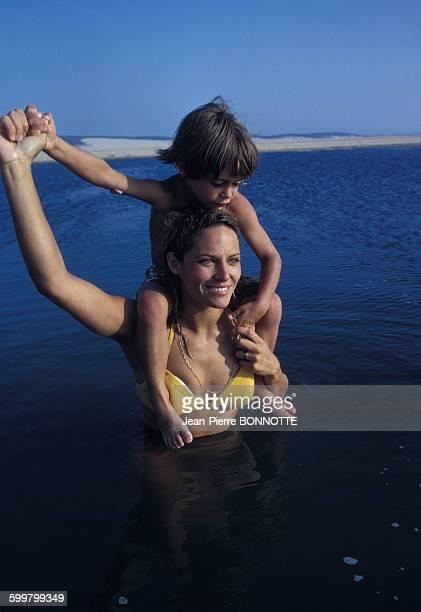 Nathalie Delon et son fils Anthony se baignent en juillet 1968 à PylasurMer France
