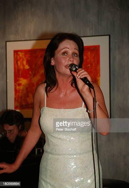 Nathalie Kollo Kempinski Hotel Berlin Deutschland EuropaAuftritt Mikrofon Abendkleid Mikrophon