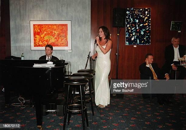 Nathalie Kollo Pianist Joachim KüpperKempinski Hotel Berlin Deutschland Europa AuftrittMikrofon Abendkleid Klavier BarhockerGäste Flügel Mikrophon