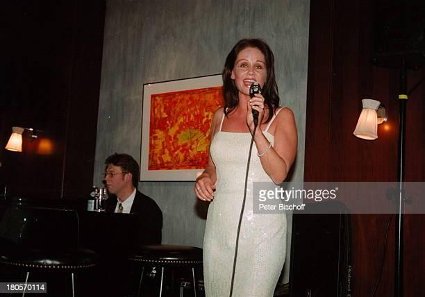 Nathalie Kollo Pianist Joachim KüpperKempinski Hotel Berlin Deutschland Europa AuftrittMikrofon Abendkleid Mikrophon