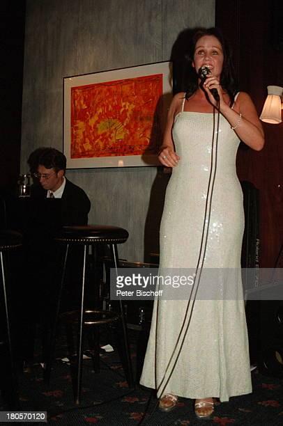 Nathalie Kollo Pianist Joachim KüpperKempinski Hotel Berlin Deutschland Europa AuftrittMikrofon Abendkleid Barhocker Mikrophon