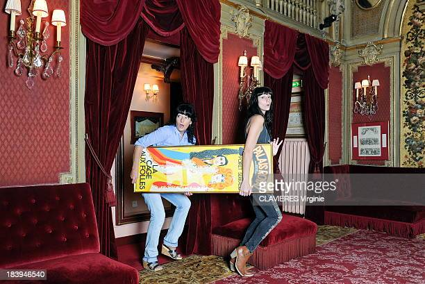 Nathalie Serrault the daughter of the actor Michel Serrault poses with Gwendoline her daughter with the poster for the theater piece La Cage aux...