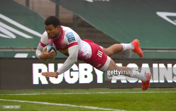 Nathan Earle of Harlequins dives in to score their second try during the Gallagher Premiership Rugby match between Northampton Saints and Harlequins...
