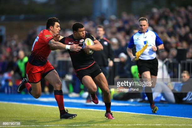 Nathan Earle of Saracens and Bryce Heem of Worcester Rugby compete for the ball during the Aviva Premiership match between Saracens and Worcester...