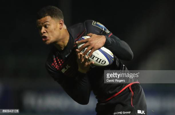 Nathan Earle of Saracens breaks with the ball during the European Rugby Champions Cup match between Saracens and ASM Clermont Auvergne at Allianz...