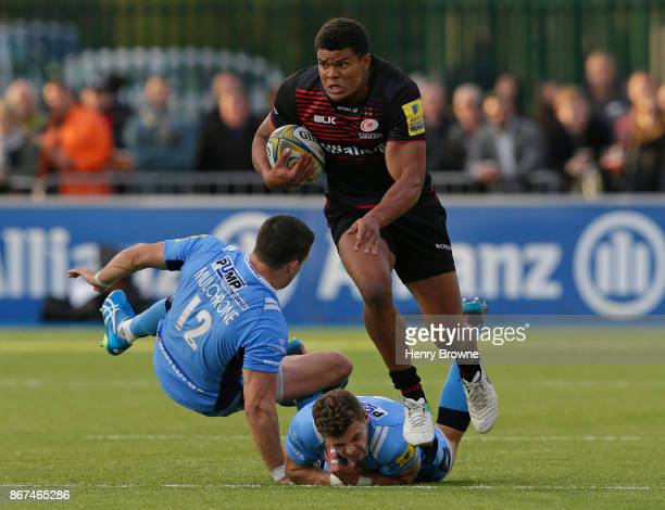 Nathan Earle of Saracens runs in to score a try during the Aviva Premiership match between Saracens and London Irish at Allianz Park on October 28...