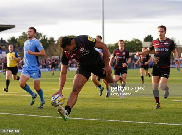 Nathan Earle of Saracens scores a try during the Aviva Premiership match between Saracens and London Irish at Allianz Park on October 28 2017 in...