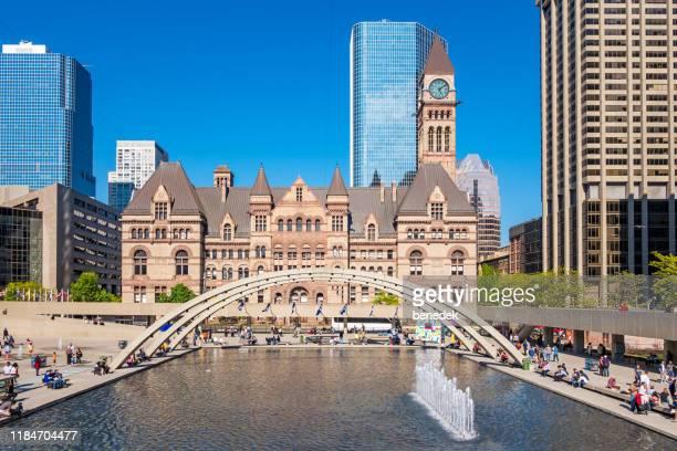 トロント・オンタリオ州カナダのダウンタウンにあるネイサン・フィリップス・スクエア - 市庁舎前広場 ストックフォトと画像